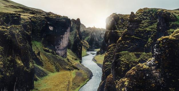 Paesaggio unico di fjadrargljufur in islanda.