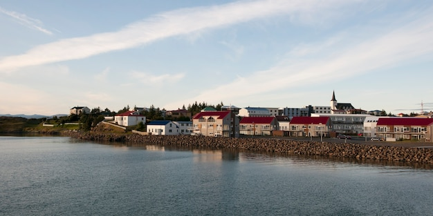 Paesaggio urbano, abitazioni e campanile sulla riva del fiume
