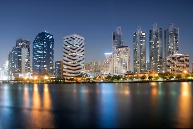 Paesaggio urbano al fondo della città di notte