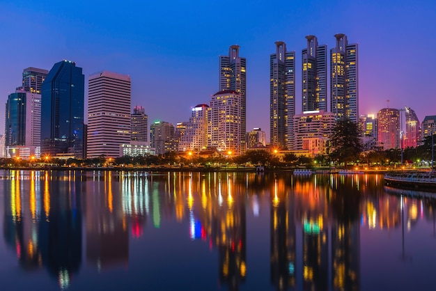 Paesaggio urbano alla notte al parco con costruzione commerciale, bangkok, tailandia.