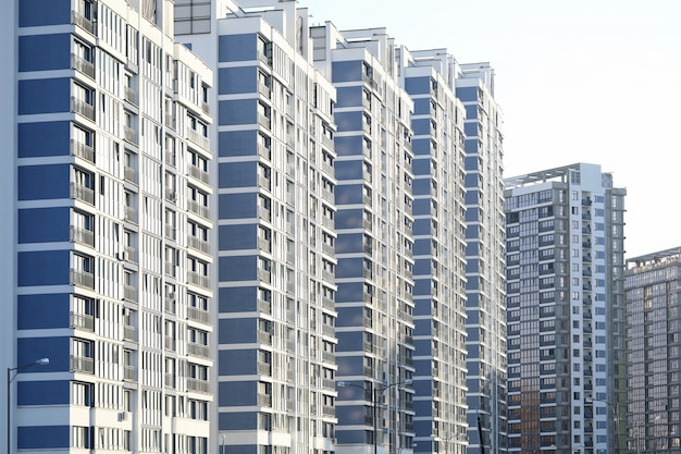 Paesaggio urbano con edifici alti