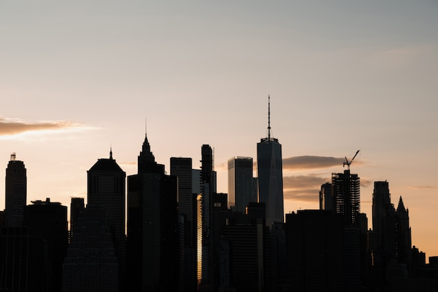 Paesaggio urbano con grattacieli al crepuscolo