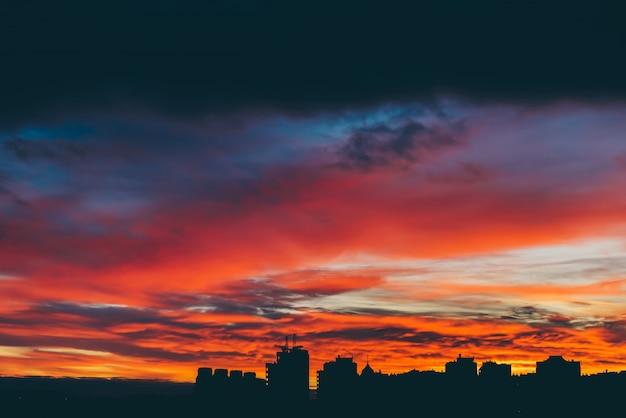 Paesaggio urbano con meravigliosa vivida varicolored alba