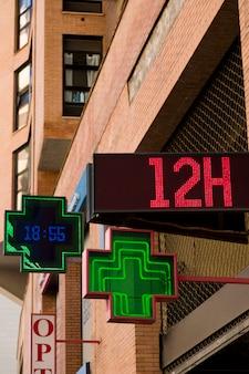Paesaggio urbano con segnale di farmacia