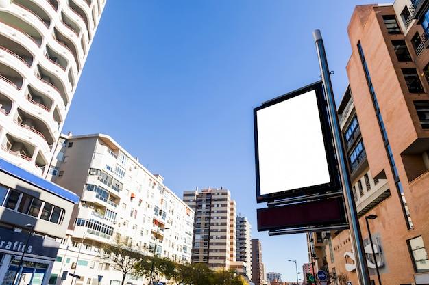 Paesaggio urbano con un segno al neon
