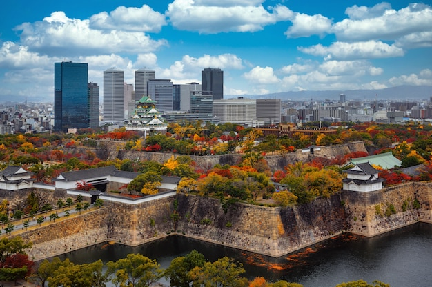Paesaggio urbano dalla vista superiore della città di osaka e del castello di osaka