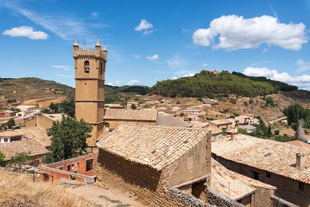 Paesaggio urbano del villaggio medievale storico di uncastillo nella regione dell'aragona, spagna.