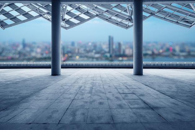 Paesaggio urbano della città moderna all'alba dal pavimento vuoto