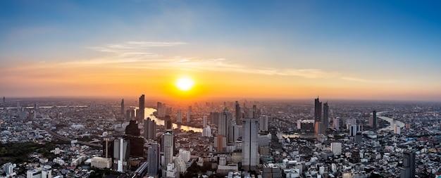 Paesaggio urbano della tailandia sul tramonto