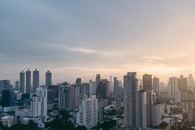 Paesaggio urbano di bangkok dopo la pioggia di sera con il sole che scende.