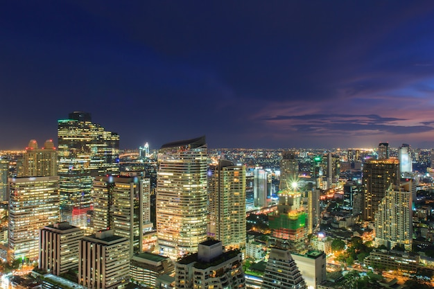 Paesaggio urbano di bangkok, quartiere degli affari con alto edificio al crepuscolo (bangkok, tailandia)