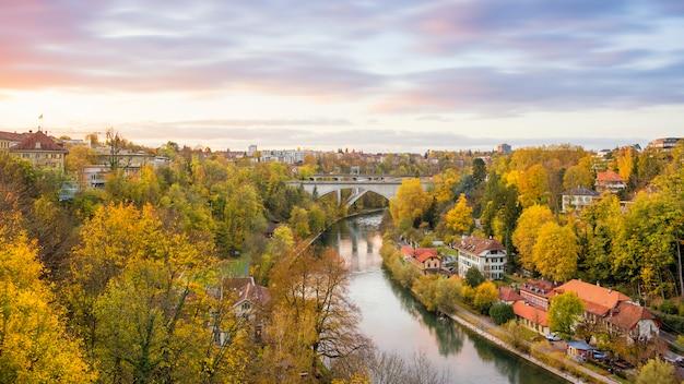 Paesaggio urbano di berna e il ponte nel tramonto, in svizzera