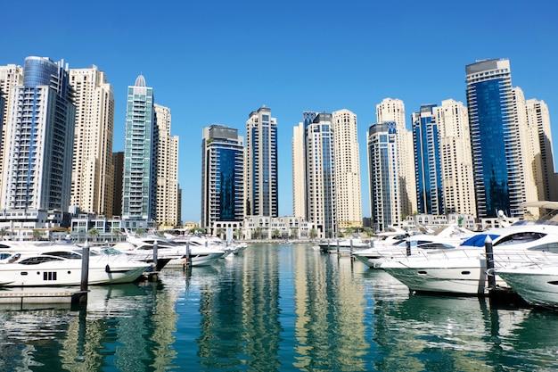 Paesaggio urbano di dubai con edifici e barche