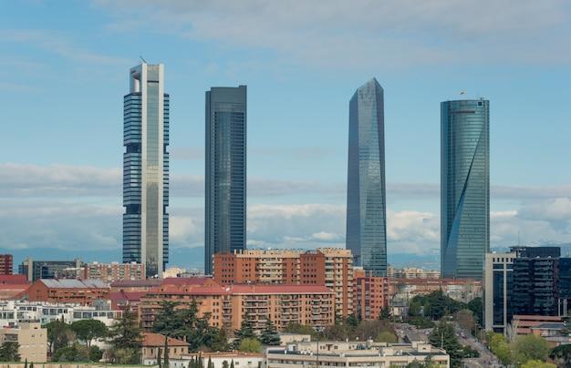Paesaggio urbano di madrid durante il giorno. paesaggio di madrid edificio commerciale a quattro torre.