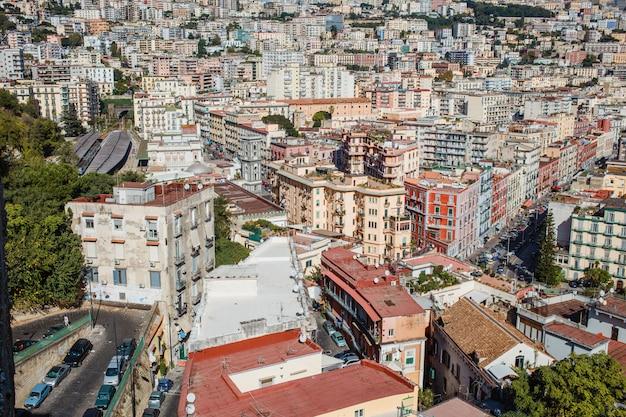 Paesaggio urbano di napoli, italia. visualizza sui tetti della città
