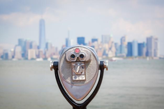 Paesaggio urbano di new york con binocolo