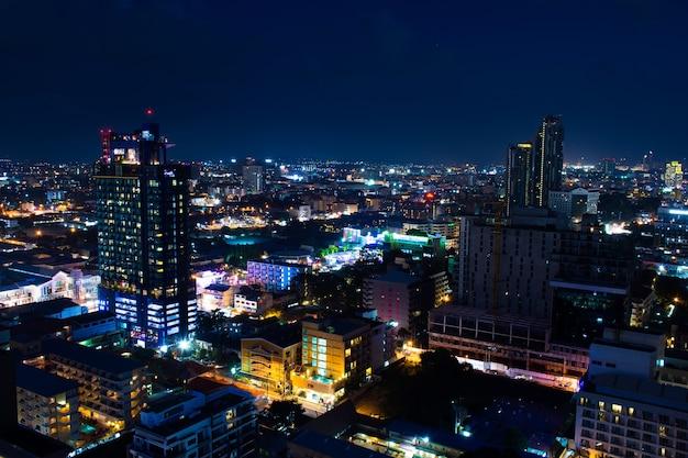Paesaggio urbano di notte a pattaya