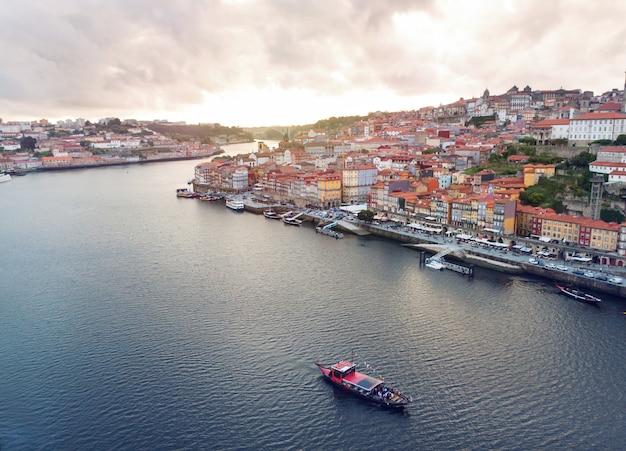 Paesaggio urbano di oporto e fiume douro nel tempo di tramonto, portogallo