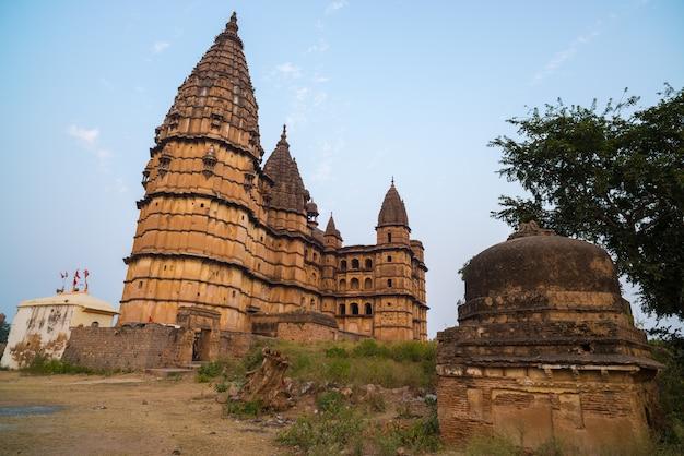 Paesaggio urbano di orchha, tempio indù di chaturbhuj.