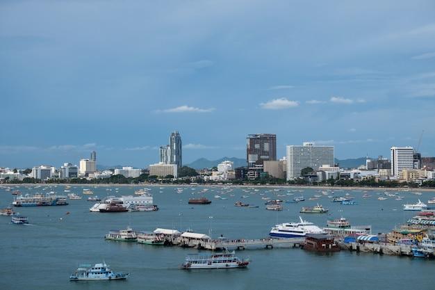 Paesaggio urbano di pattaya e spiaggia con la barca di velocità in tailandia.