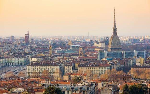 Paesaggio urbano di torino, torino, italia al tramonto, panorama con la mole antonelliana