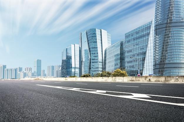 Paesaggio urbano moderno con una strada