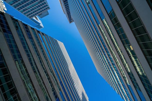 Paesaggio urbano moderno delle costruzioni di vetro dell'ufficio