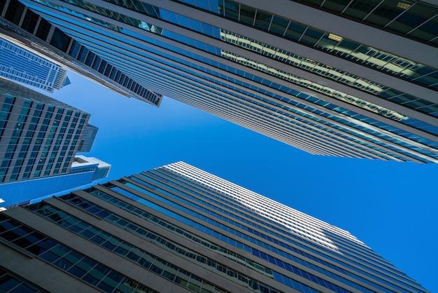 Paesaggio urbano moderno di edifici per occhiali da ufficio sotto il cielo blu chiaro a washington dc, usa, concetto di grattacielo finanziario all'aperto, architettura simmetrica e prospettiva