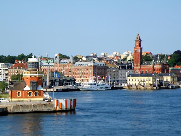 Paesaggio urbano pittoresco della vista di helsingborg dal traghetto sul suono o sullo stretto di oresund, helsingborg