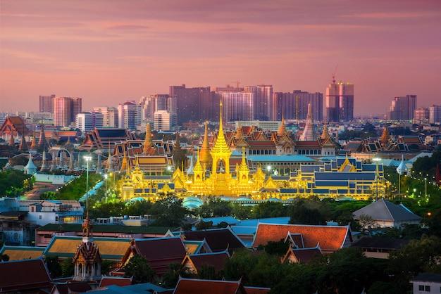 Paesaggio urbano sopra la città di bangkok con tempio ed edifici