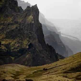 Paesaggio, valle scoscesa della montagna che domina il campo del ghiacciaio