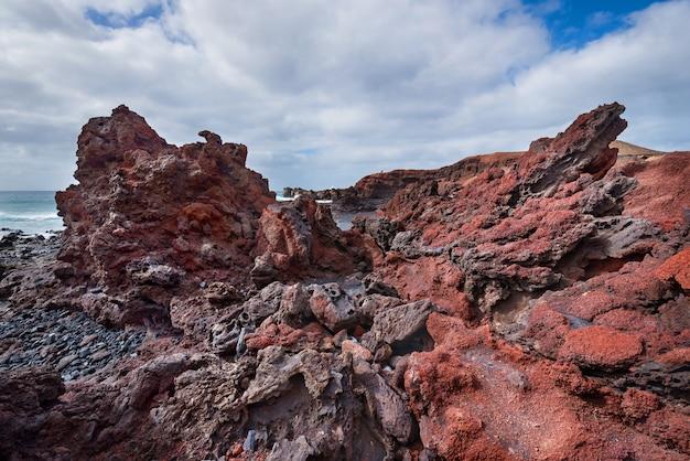 Paesaggio vulcanico della linea costiera a lanzarote, isole canarie, spagna.