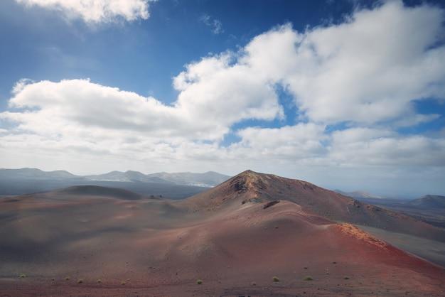 Paesaggio vulcanico stupefacente e deserto di lava nel parco nazionale di timanfaya, lanzarote