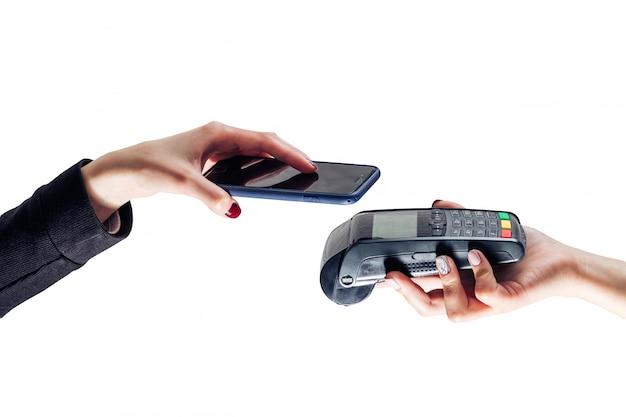 Paga mobile del nfc di vendita al dettaglio del telefono di pagamento che paga concetto senza fili della donna astuta del lettore di acquisto - immagine di riserva