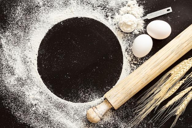 Pagaia di farina con sfondo nero spazio copia
