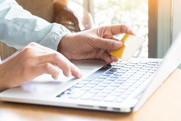 Pagamenti con carta di credito, transazioni finanziarie a casa