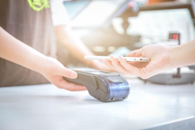 Pagamenti mobili, pagamenti di scansione mobile, pagamenti a faccia a faccia,