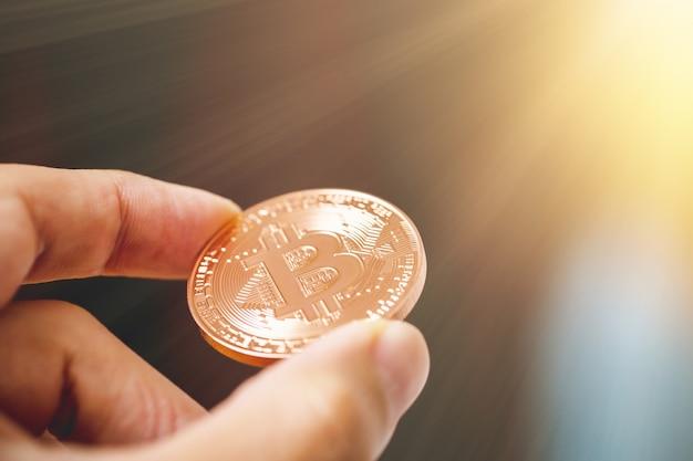 Pagamento con bitcoin tramite criptovaluta nel concetto di vita reale.