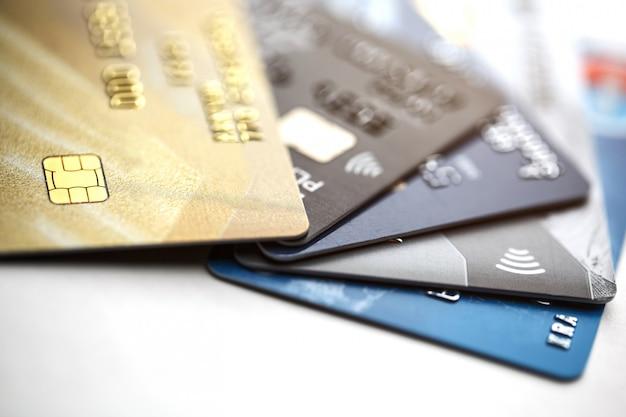Pagamento con carta di credito con il colpo alto vicino isolato su fondo bianco, fuoco selettivo.