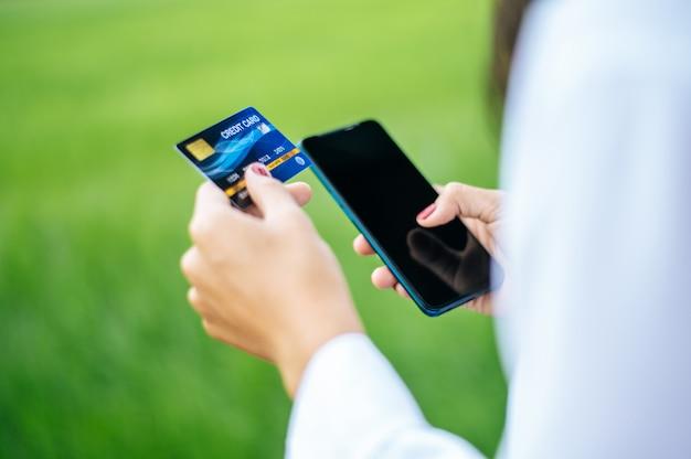 Pagamento per merce con carta di credito tramite smartphone