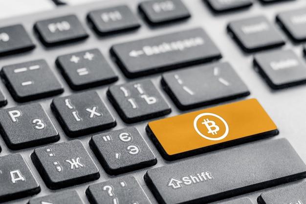 Pagamento pulsante bitcoin sulla tastiera, concetto di accesso