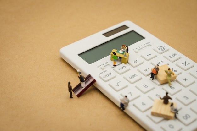 Pagare reddito annuale (tassa) per l'anno sul calcolatore. utilizzando come concetto di business di sfondo