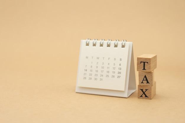 Pagare reddito annuale (tassa) per l'anno sul calcolatore.