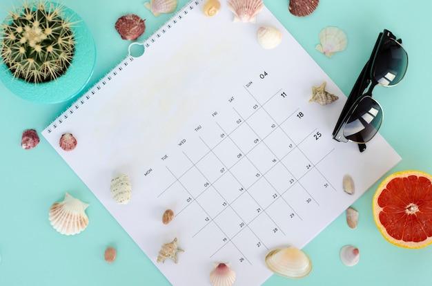 Pagina bianca del calendario. concetto di estate flat lay, copia spazio.