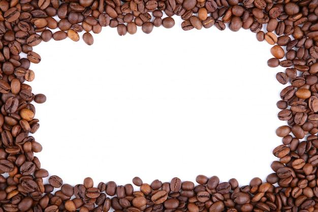 Pagina dei chicchi di caffè isolati su un bianco