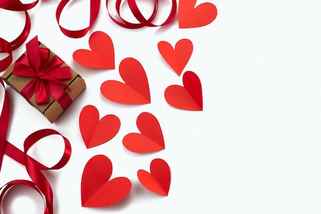 Pagina della priorità bassa di bianco del cuore del nastro rosso