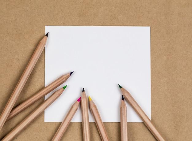 Pagina di quaderno bianco con matite colorate