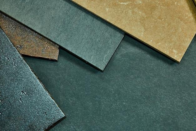 Pagina di vari campioni decorativi differenti delle mattonelle su fondo di pietra