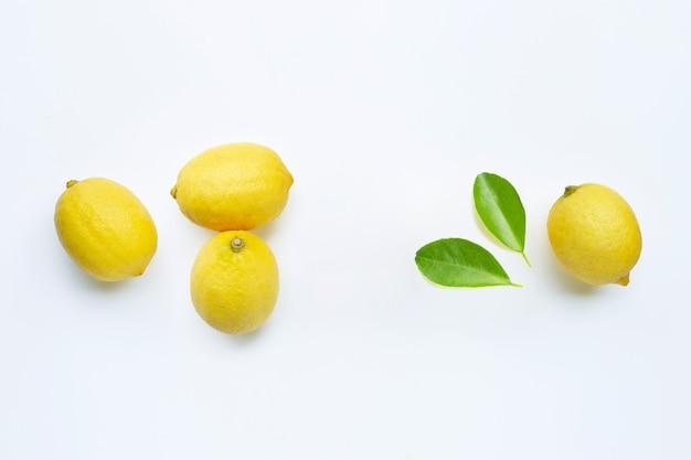 Pagina fatta dei limoni freschi su fondo bianco.