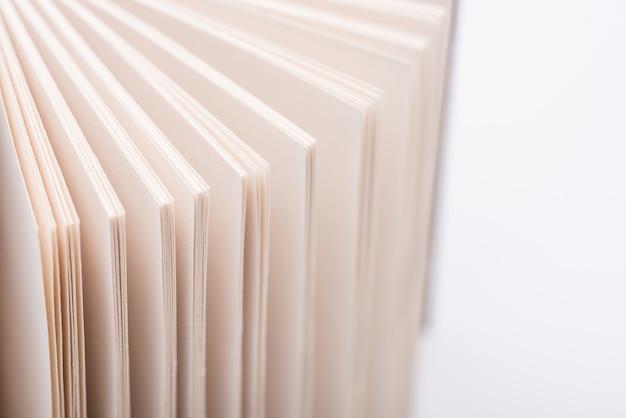 Pagine del libro aperto pagine del libro aperto su sfondo bianco, close-up.